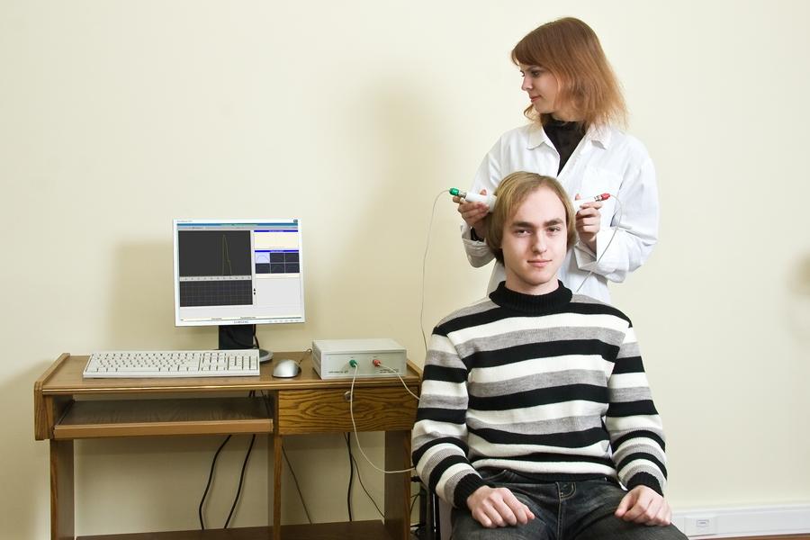 Процесс исследования мозка юноши
