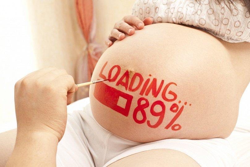 Роспись живота беременной девушки