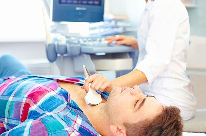 Парень на УЗИ щитовидной железы