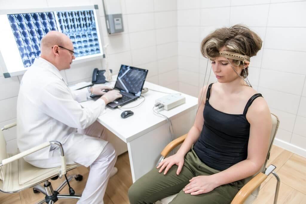 Процедура РЭГ для девушки в больнице