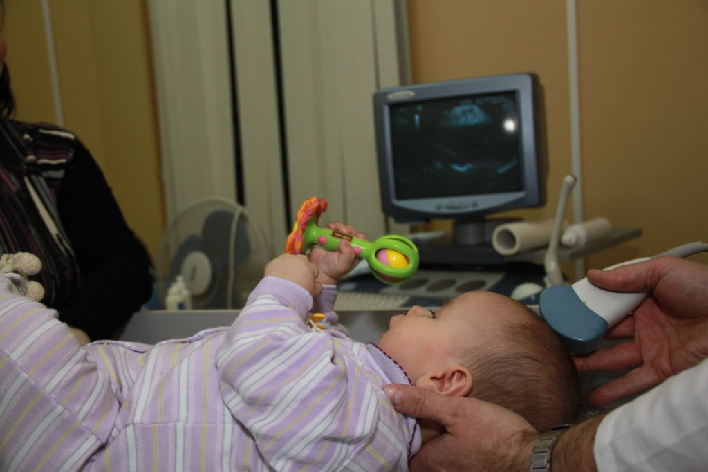 Процедура НСГ и ребенок с погремушкой