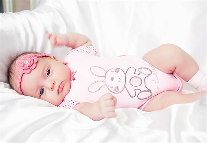 Младенец-девочка на диване