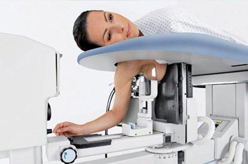 Девушка и маммограф
